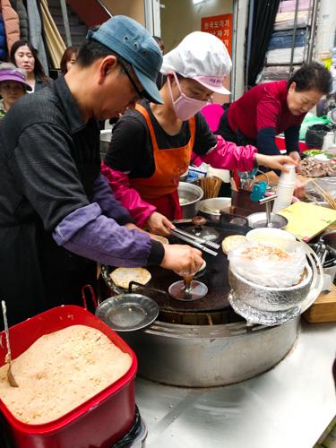 Hotteok queue at Seomun Market