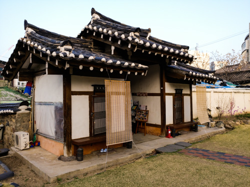 2 hanok house on the sides of the front gate