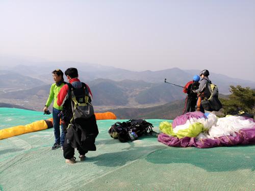 Paragliding pilots setting up